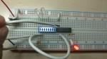 Si dejamos una terminal libre toma el valor de nivel alto (1) por lo que la salida es nivel alto (1). comprobamos que enciende el LED.
